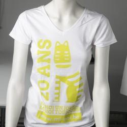 Logo jaune sur T-shirt blanc